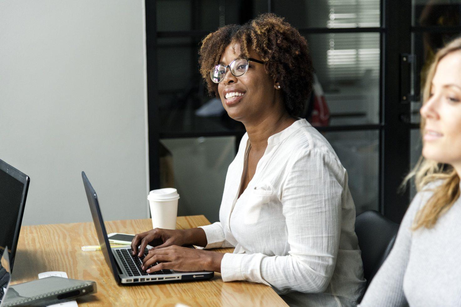 travail femme réunion ordinateur café mac macbook portable iphone
